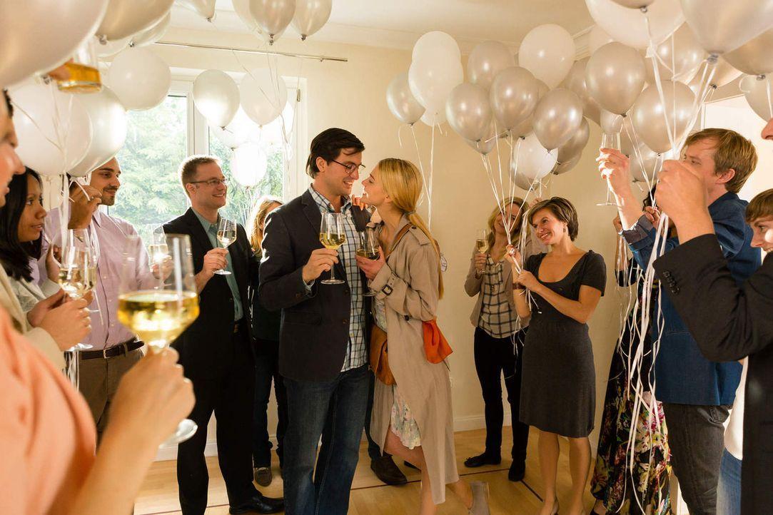 Auf der Verlobungsfeier ist Janas (Laura Berlin, M.r.) und Wolfgangs (Tom Beck, M.l.) Leben noch perfekt, doch dann klettert Bella aus dem Schrank ... - Bildquelle: Arvid Uhlig SAT.1