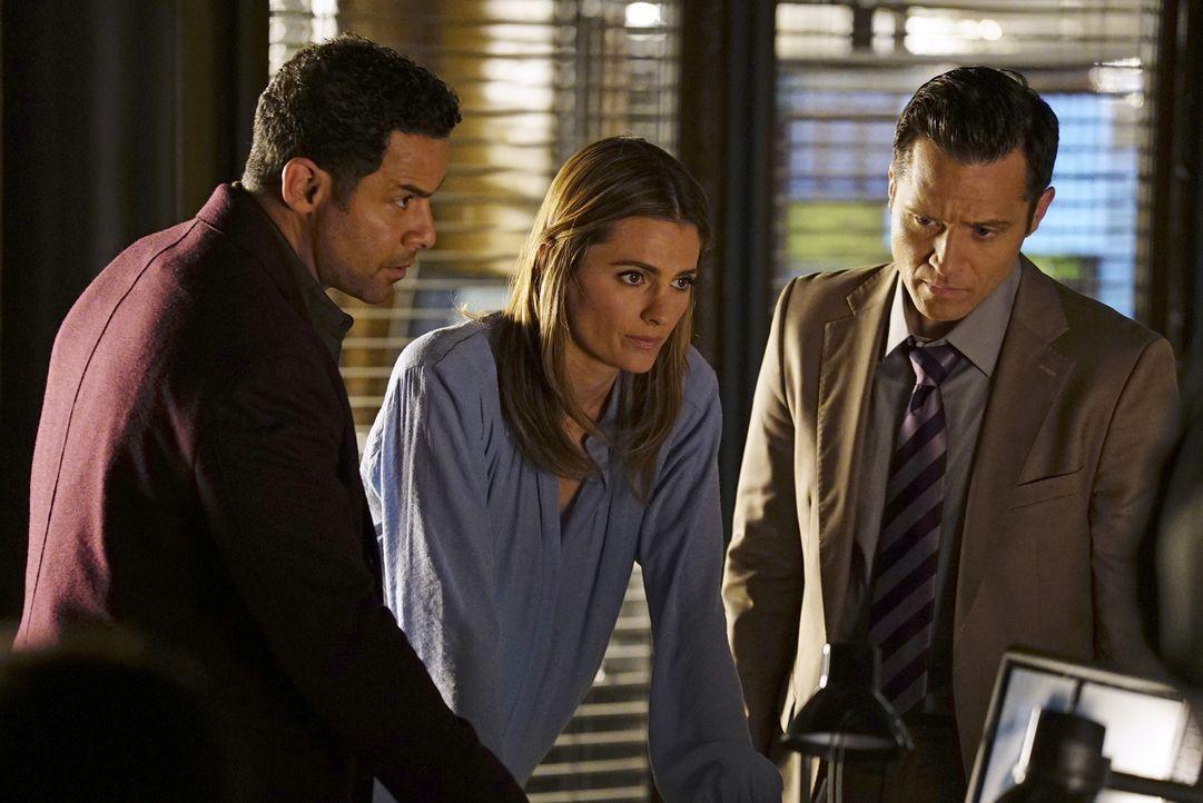 Schaffen es Kate (Stana Katic, M.), Kevin (Seamus Dever, r.) und Esposito (Jon Huertas, l.) Castle vom Boden aus zu unterstützen, um den Mörder zu f... - Bildquelle: Richard Cartwright ABC Studios