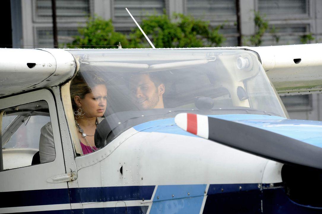Mia (Josephine Schmidt, l.) lässt sich von Enrique (Jacob Weigert, r.) zum ersten Mal in den Himmel entführen ... - Bildquelle: SAT.1