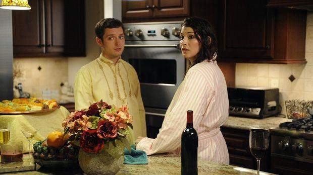 Kristen (Dorian Brown, r.) plant für ihren Chef Dr. Ramos eine Gartenparty au...