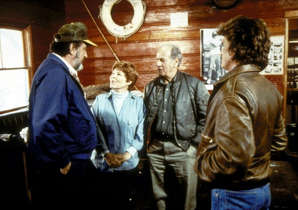 Jonathan (Michael Landon, r.) und Mark (Victor French, l.) erfahren von Gene (Eli Wallach, 2.v.r.) und Marge Malloy (Anne Jackson) vom tragischen Un... - Bildquelle: Worldvision Enterprises, Inc.