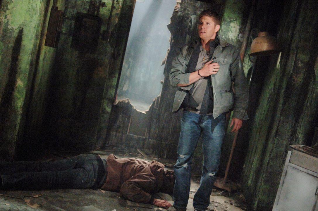 Während Sam (Jared Padalecki, l.) und Dean (Jensen Ackles r.) die Hintergründe des Verschwindens von vier Collegestudenten untersuchen, bringen sie... - Bildquelle: Warner Bros. Television