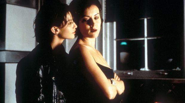 Gangsterliebchen Violet (Jennifer Tilly, l.) und Hausmeisterin Corky (Gina Ge...
