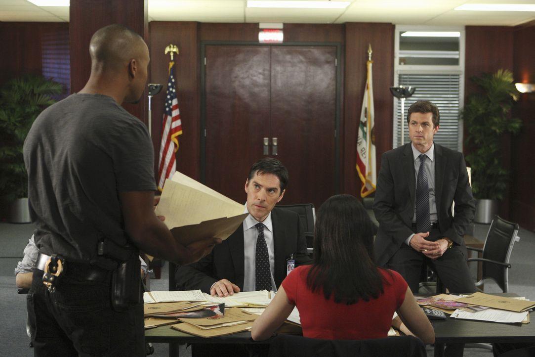 Noch steht das Team vor einem Rätsel: Morgan (Shemar Moore, l.), Gibbs (Thomas Gibson, 2.v.l.), Prentiss (Paget Brewster, 2.v.r.) und Detective Mat... - Bildquelle: Touchstone Television