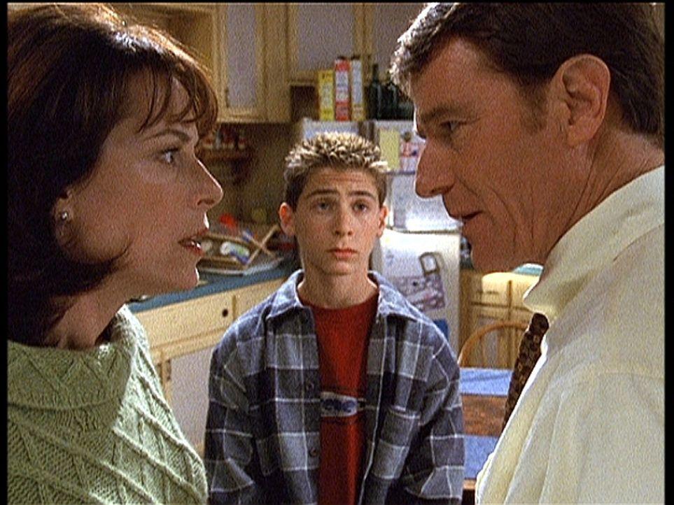 Hal (Bryan Cranston, r.) und Lois (Jane Kaczmarek, l.) beraten darüber, wie man Reese (Justin Berfield, M.) wirkungsvoll bestrafen könnte ... - Bildquelle: TM +   2000 Twentieth Century Fox Film Corporation. All Rights Reserved.