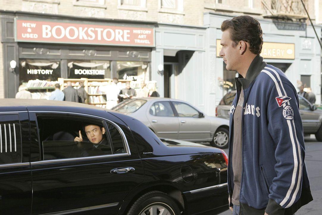 Marshall (Jason Segel, r.) hat es nicht leicht, er muss sich nämlich entscheiden, ob er von Jeff Coatsworth (John Cho, l.) ein Jobangebot annehmen... - Bildquelle: 20th Century Fox International Television