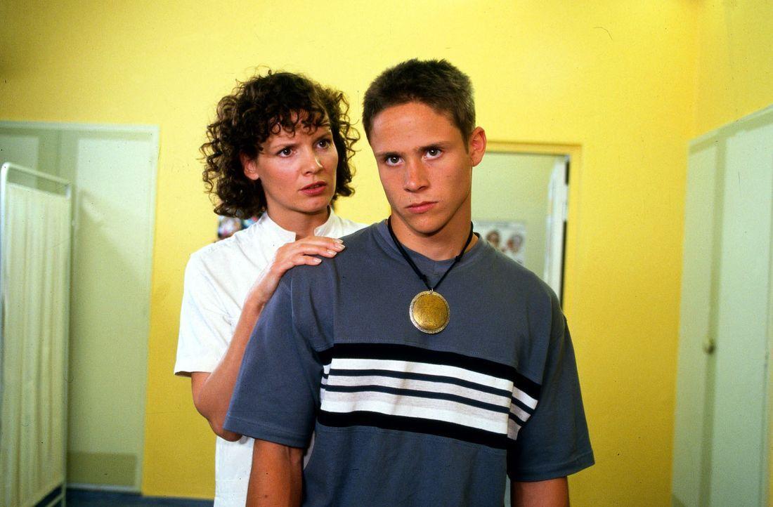 Stefanny (Julia Hentschel, l.) versucht ihren Bruder Dennis (Maximilian Cress, r.) zu überzeugen, sich der Polizei zu stellen. - Bildquelle: Noreen Flynn Sat.1