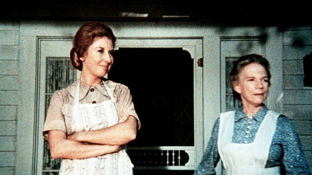 Großmutter Ester (Ellen Corby, r.) und Olivia Walton (Michael Learned, l.) ve...