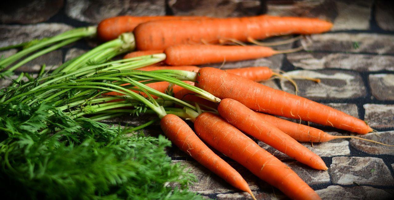 8. Karotten köpfenMit ihren grünen Stängeln sehen Karotten zwar gesund und h... - Bildquelle: Pixabay