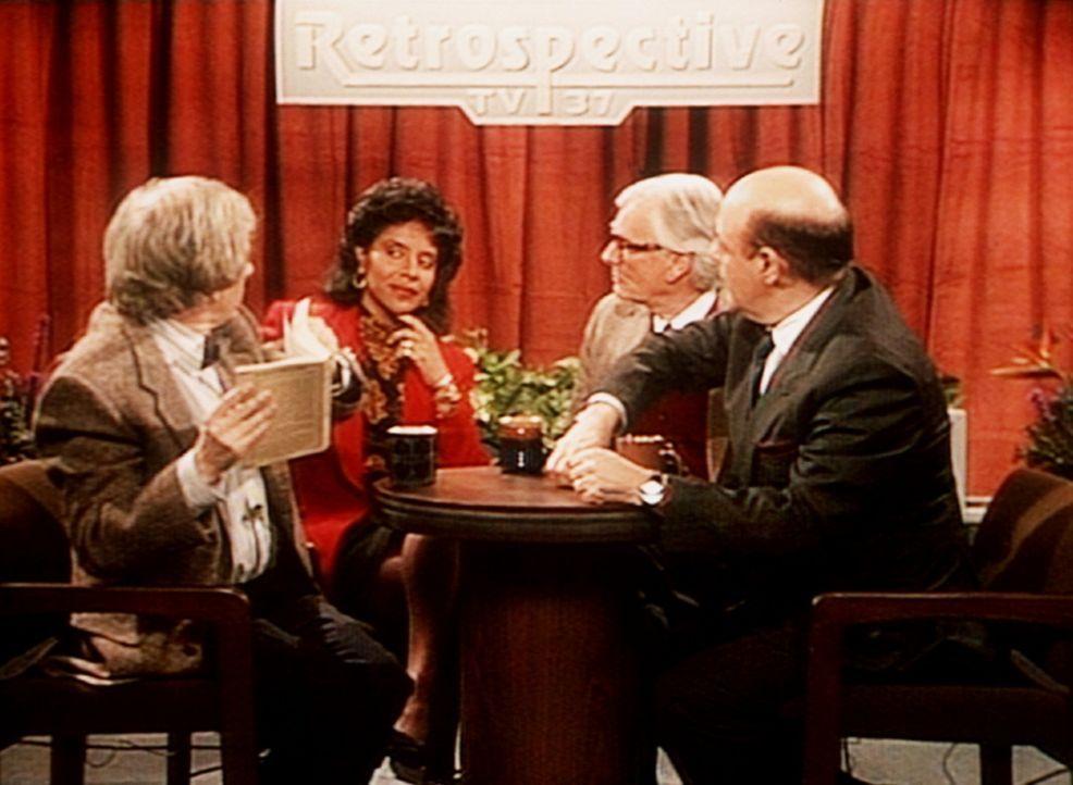 """Clair Huxtable (Phylicia Rashad, 2.v.l.) erwehrt sich in der Fernsehdiskussion 'Retrospective' mit Bravour ihrer Mitdiskutanten, den """"Eierköpfen"""". - Bildquelle: Viacom"""