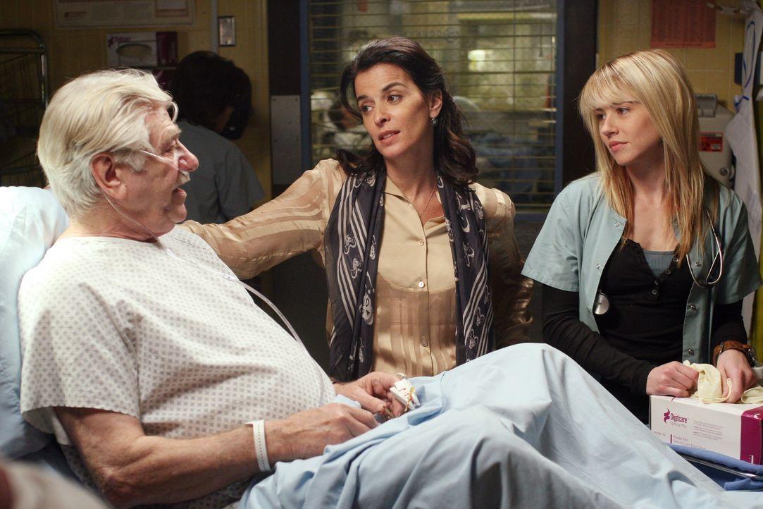 Genervt von der Fotografin Diana (Annabella Sciorra, M.) versucht Sam (Linda Cardellini, r.) dem respektlos erscheinenden Treiben zunächst ein Ende... - Bildquelle: Warner Bros. Television