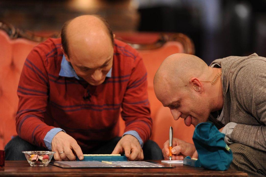 """Bernhard (l.) will im Schillereck einen Scrabble-Contest veranstalten, so nach dem Motto """"Alle gegen Bernhard"""". Deshalb trainiert er schon seit ein... - Bildquelle: Willi Weber SAT.1"""