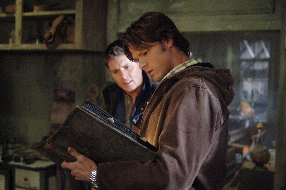 Sie begeben sich auf eine gefährliche Jagd nach dem Übernatürlichen: Sam (Jared Padalecki, r.) und Dean Winchester (Jensen Ackles, l.) ... - Bildquelle: Warner Bros. Television