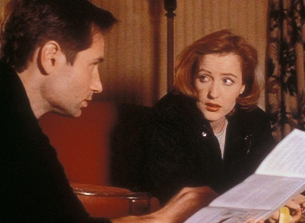 Mulder (David Duchovny, l.) und Scully (Gillian Anderson, r.) reisen nach Georgia an den Lake Heuvelman, weil dort in letzter Zeit viele Menschen au... - Bildquelle: TM +   Twentieth Century Fox Film Corporation. All Rights Reserved.