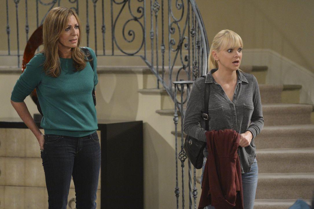Nach Jills Entzug erklären Christy (Anna Faris, r.) und Bonnie (Allison Janney, l.) sich bereit, mit ihr die erste Nacht in deren Villa zu verbringe... - Bildquelle: Warner Bros. Television
