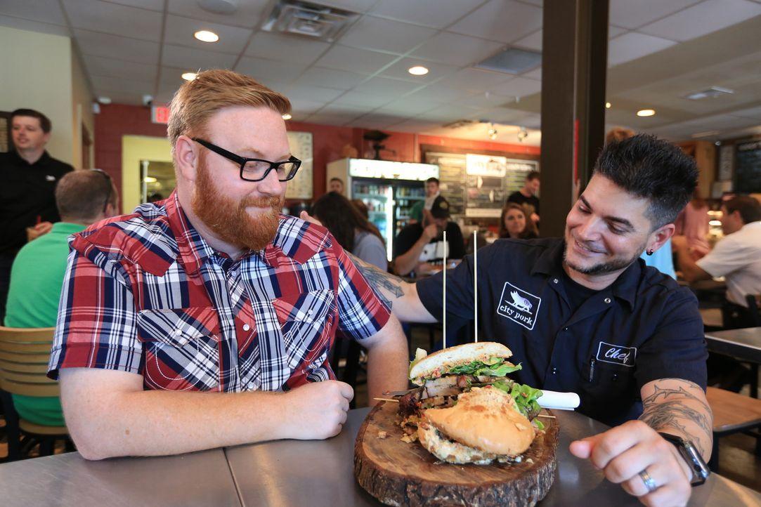 """Koch Ryan (r.) ist gespannt, was Josh Denny (r.) von seinem """"Hog Wild Sandwich"""" hält ... - Bildquelle: 2017,Television Food Network, G.P. All Rights Reserved"""