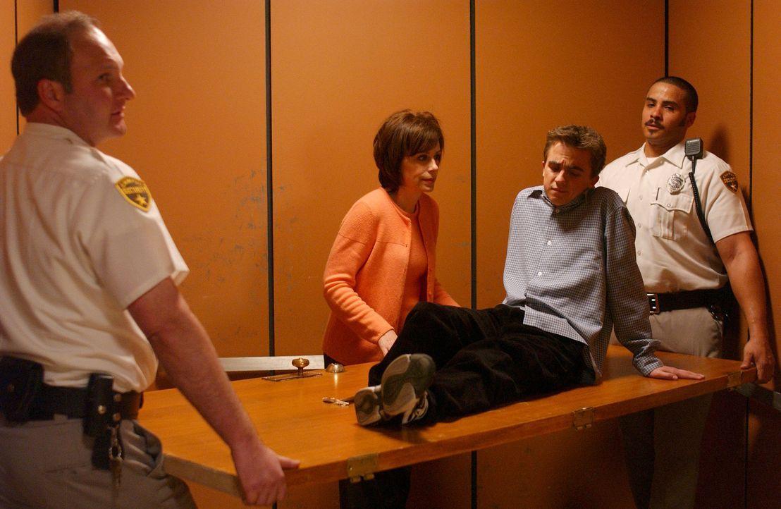 Malcolm (Frankie Muniz, 2.v.r.) kann nicht fassen, dass seine Mutter (Jane Kaczmarek, 2.v.l.) so dreist ist ... - Bildquelle: TM +   2000 Twentieth Century Fox Film Corporation. All Rights Reserved.