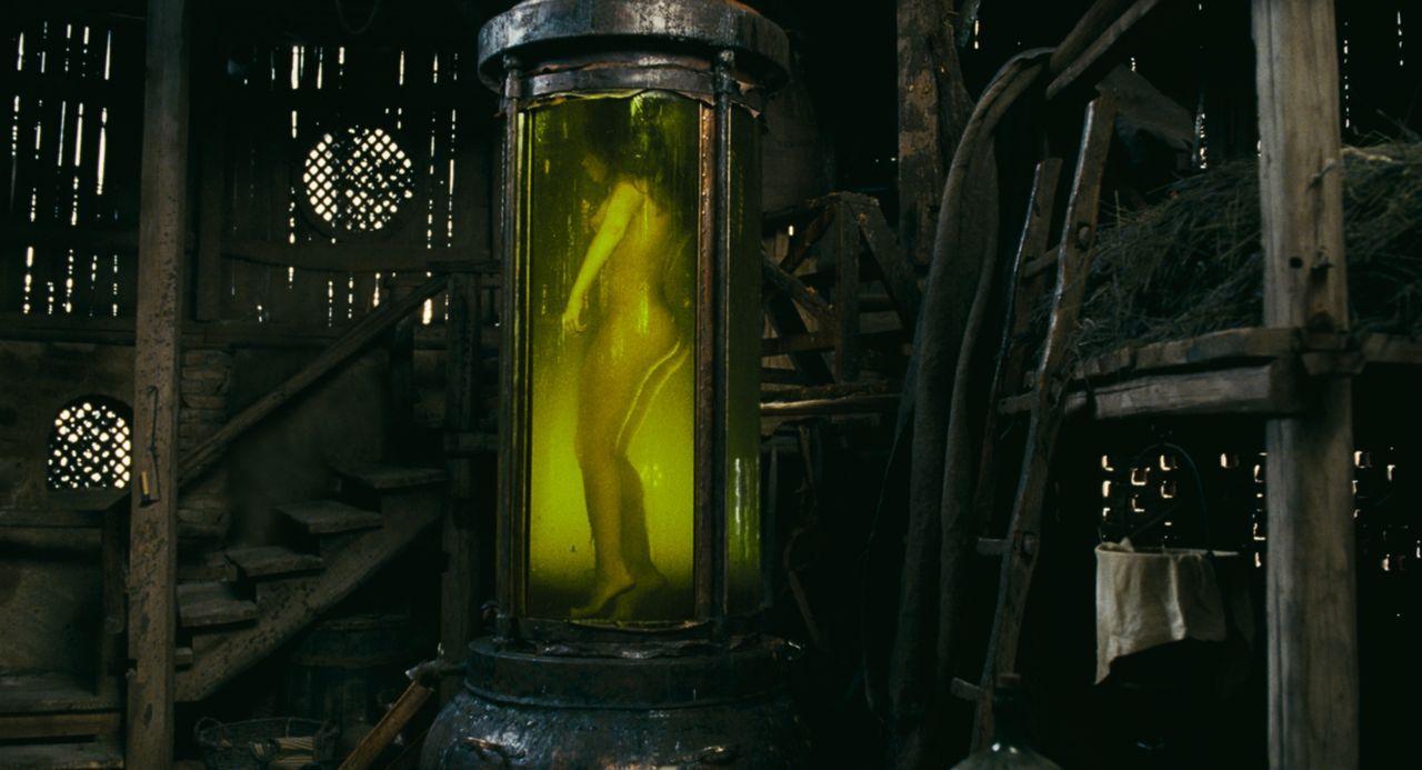 Unmenschliches erwartet die Opfer des Duftsammlers. In riesigen Gefäßen konserviert er das jugendliche Fleisch, um aus ihm am Ende das zu schaffen,... - Bildquelle: Constantin Film Verleih GmbH
