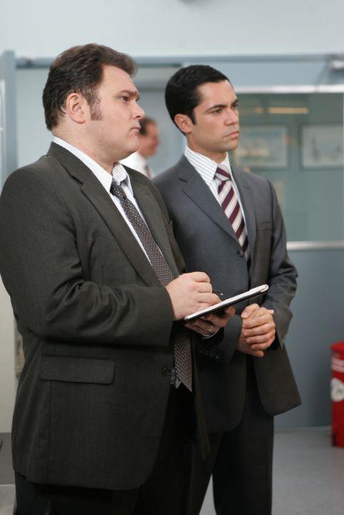 Können Det. Scott Valens (Danny Pino, r.) und Det. Nick Vera (Jeremy Ratchford, l.), trotz dürftiger Beweislage, den Tod eines Vietnamveteranen aufk... - Bildquelle: Warner Bros. Television