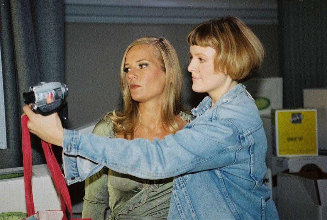 Carmen (Marisa Growaldt, r.) möchte sich unbedingt zusammen mit Melanie Berger (Jessica Stockmann, l.) filmen. - Bildquelle: Sat.1
