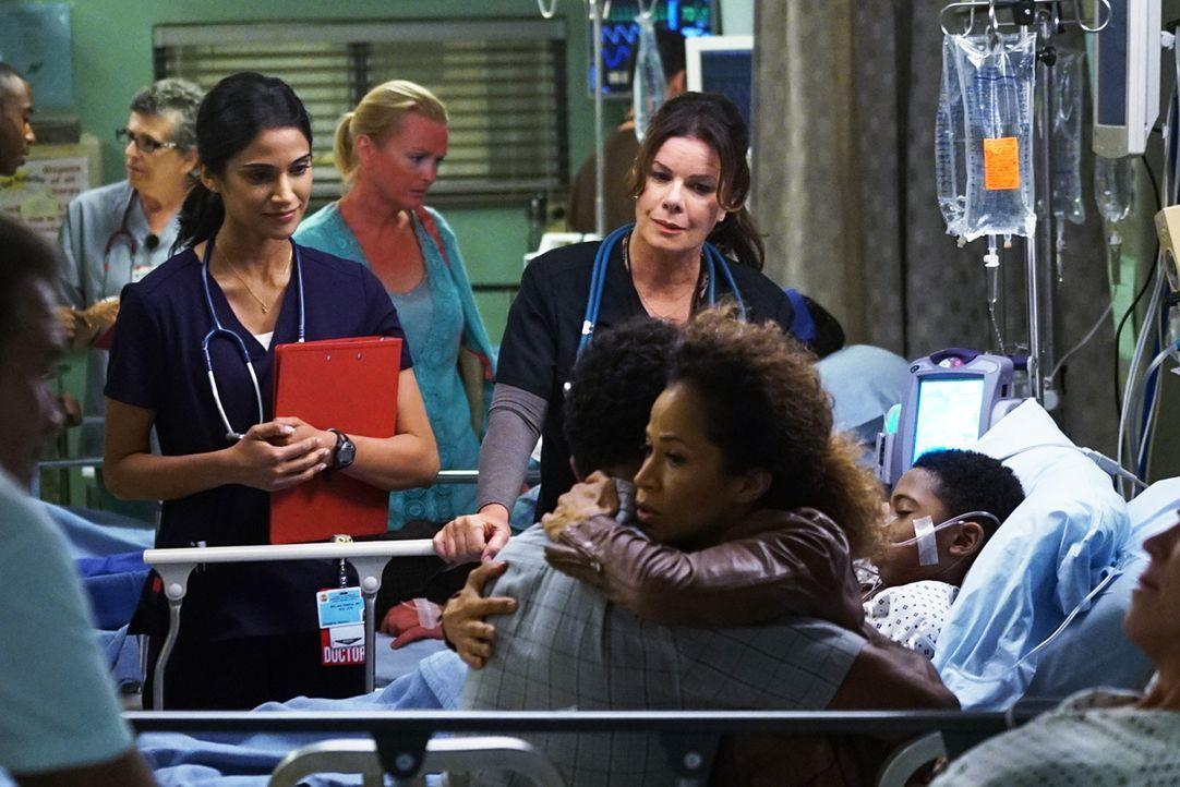 Im Angels ist für Dr. Pineda (Melanie Chandra, l.) und Dr. Rorish (Marcia Gay Harden, r.) mal wieder die Hölle los: Während eine schwangere Frau aus... - Bildquelle: Monty Brinton 2015 ABC Studios