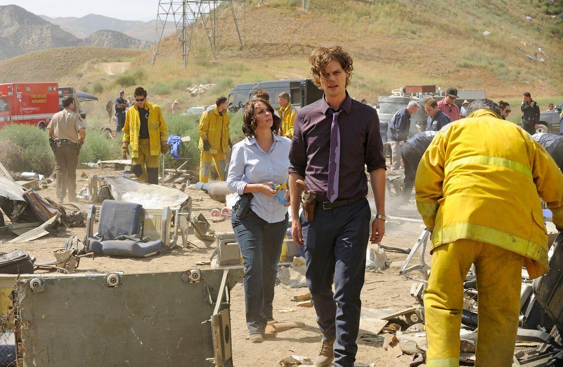 Versuchen herauszufinden, wie es zu dem Flugzeugabsturz in Colorado kommen konnte: Reid (Matthew Gray Gubler, r.) und Kate (Jennifer Love Hewitt, l.... - Bildquelle: Colleen Hayes ABC Studios