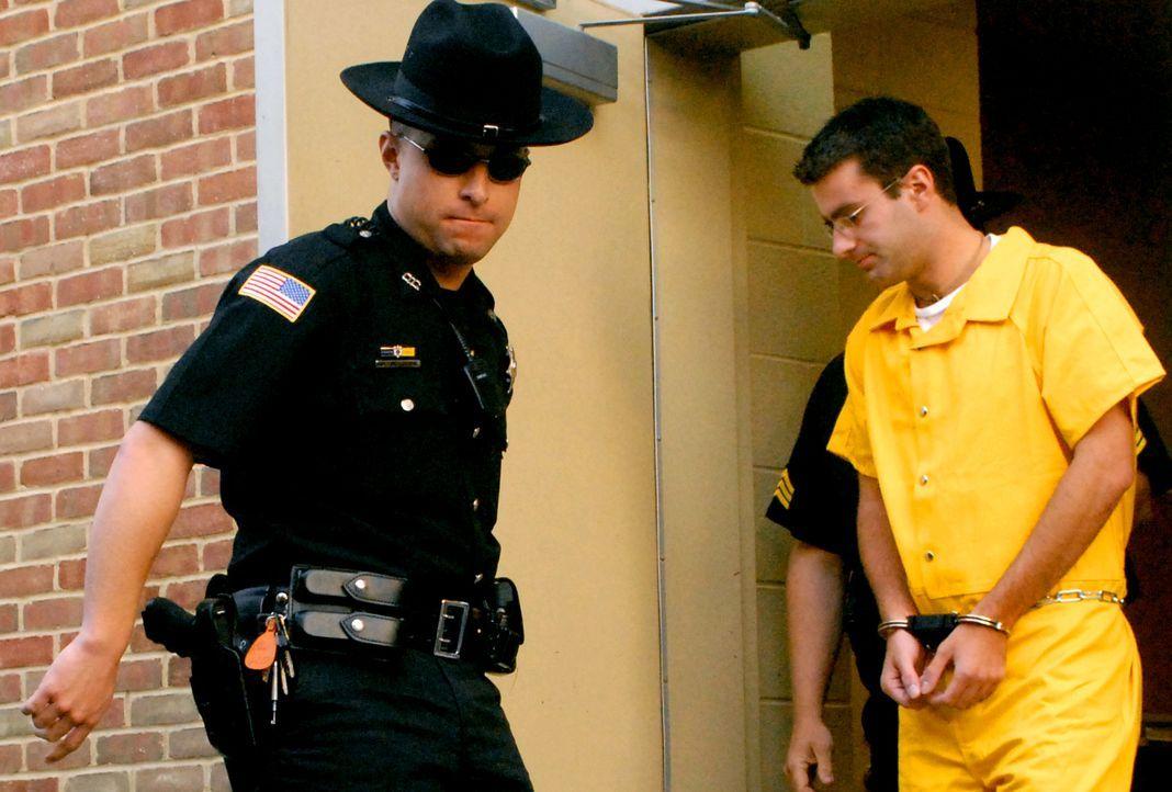 November 2004: Christopher Porco (r.) bringt seinen eigenen Vater mit der Axt um und attackiert daraufhin seine Mutter, die den Angriff schwerverlet...