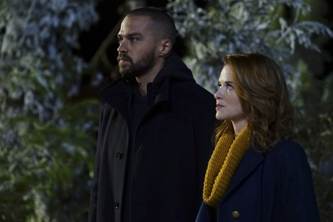 Jackson (Jesse Williams, l.) und April (Sarah Drew, r.) müssen in den Bundesstaat Montana, um dort eine überaus komplizierte Operation an einem jung... - Bildquelle: Richard Cartwright 2016 American Broadcasting Companies, Inc. All rights reserved.