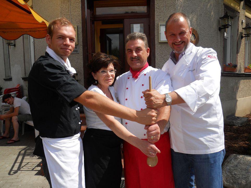 Martin (l.), Marianne (2.v.l.) und Detlev (2.v.r.) hoffen, dass Frank Rosin (r.) eine Idee hat, wie man endlich wieder mehr Gäste in das Restaurant... - Bildquelle: kabel eins