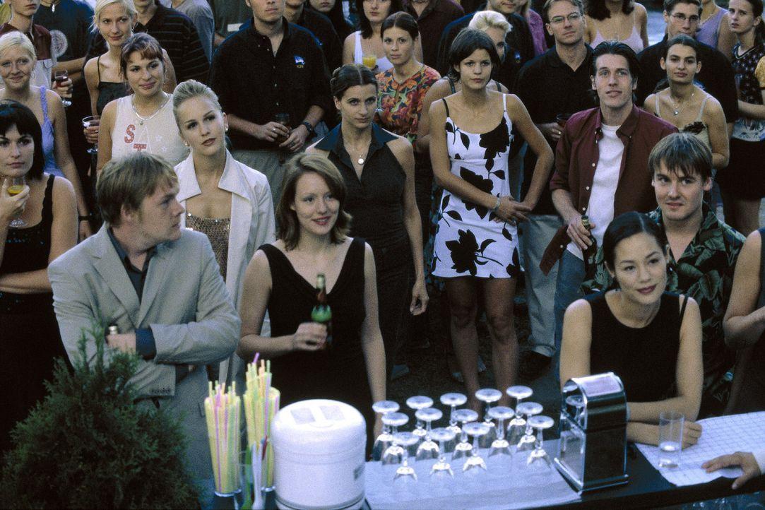 Bei der Segelclub-Party der Wannsee-Clique feiern alle ausgelassen ihr Wiedersehen und begrüßen den neuen Segel- und Tauchlehrer Thomas. - Bildquelle: Sat.1