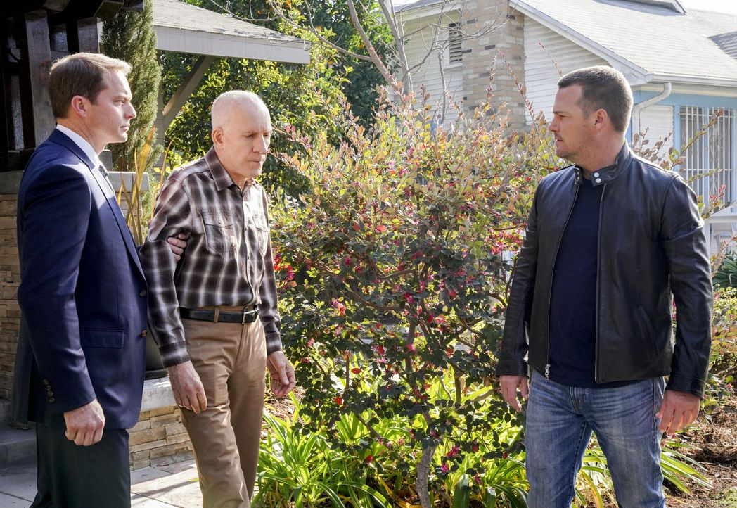 Callen (Chris O'Donnell, r.) muss um jeden Preis seinen Vater Garrison (Daniel J. Travanti, 2.v.l.) retten, der im Zuge eines Geiseldramas gegen zwe... - Bildquelle: Bill Inoshita 2018 CBS Broadcasting, Inc. All Rights Reserved/Bill Inoshita