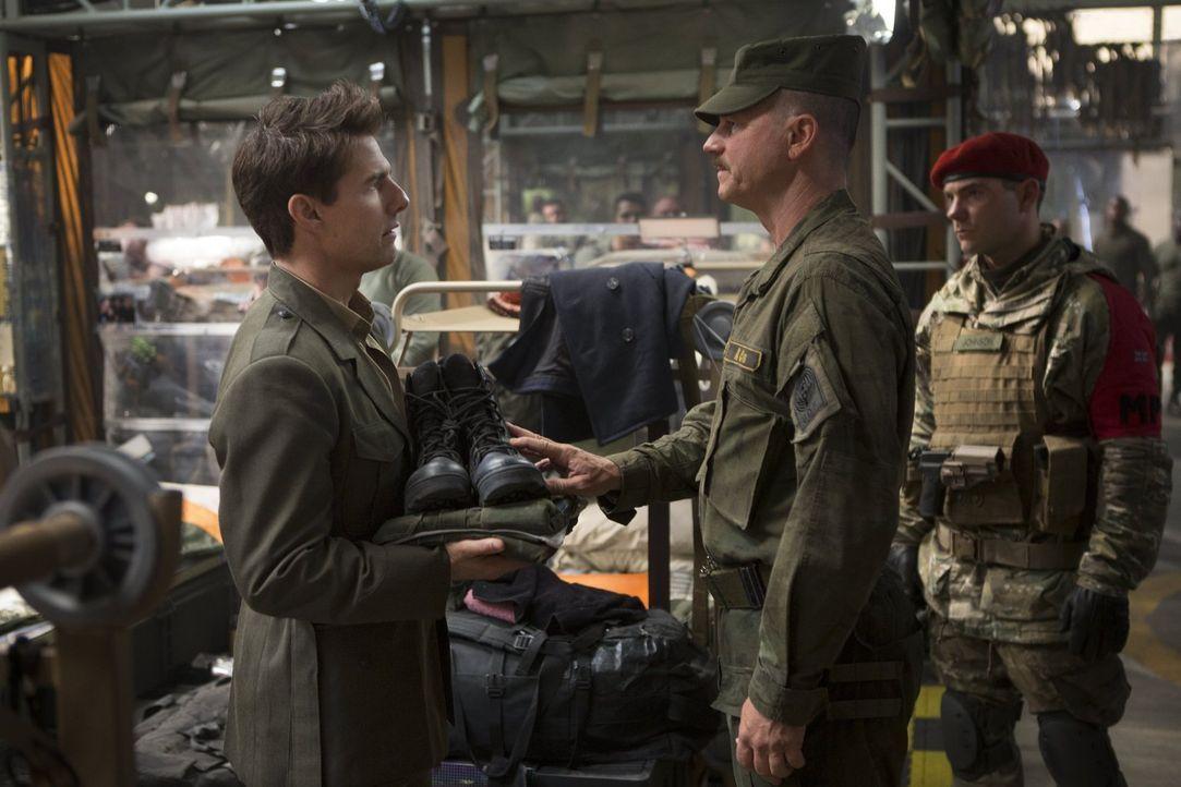 Der für Public Relations zuständige Major Bill Cage (Tom Cruise, l.) weigert sich, gegen die Mimics, einer dem Menschen technologisch weit überlegen... - Bildquelle: Warner Bros. Television