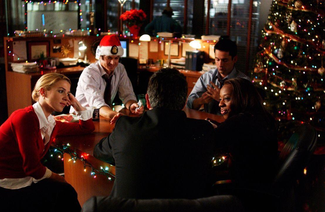 Gemeinsam verbringen sie Weihnachten im Büro: Vivian (Marianne Jean-Baptiste, r.), Jack (Anthony LaPaglia, M.), Samantha (Poppy Montgomery, l.), Dan... - Bildquelle: Warner Bros. Entertainment Inc.