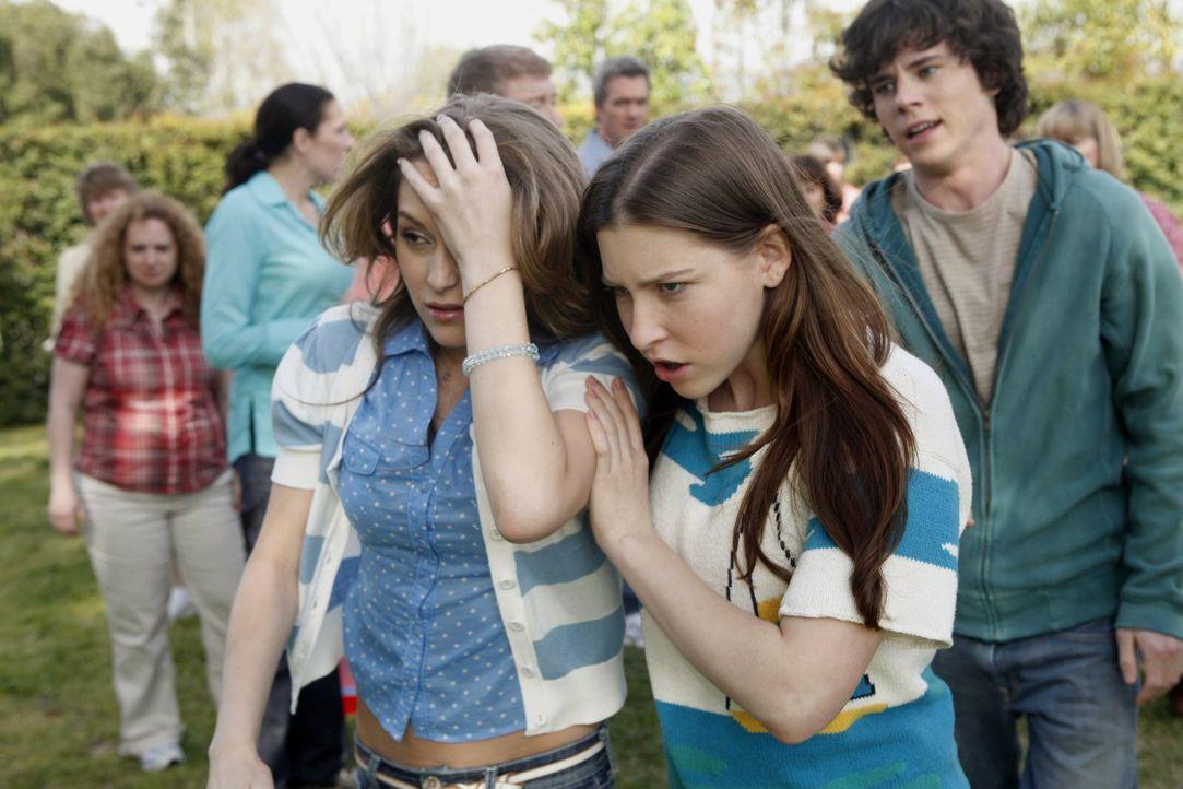 Axl (Charlie McDermott, r.) und Sue (Eden Sher, M.) betreuen die verletzte Morgan (Alexa Vega, l.) ... - Bildquelle: Warner Brothers