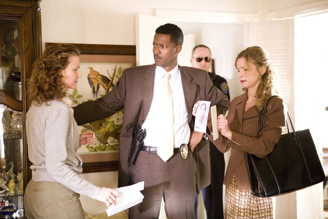 Kann Kathy Reichter (Molly Hagan, l.) David (Corey Reynolds, M.) und Brenda (Kyra Sedgwick, r.) wichtige Hinweise bei den Ermittlungen in ihrem neus... - Bildquelle: Warner Brothers