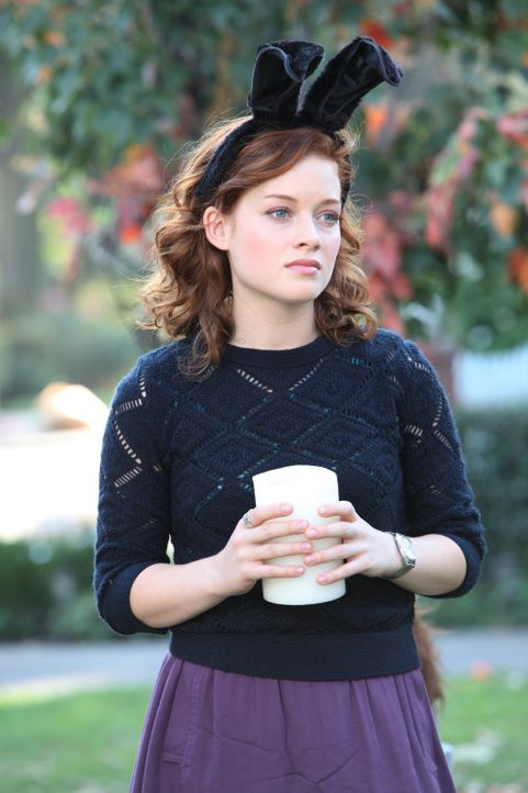 Tessa (Jane Levy) findet heraus, dass in ihrem Zimmer früher ein Mädchen namens Misty gewohnt hat, das gestorben ist. Da Tessa Mistys Klamotten tr... - Bildquelle: Warner Bros. Television