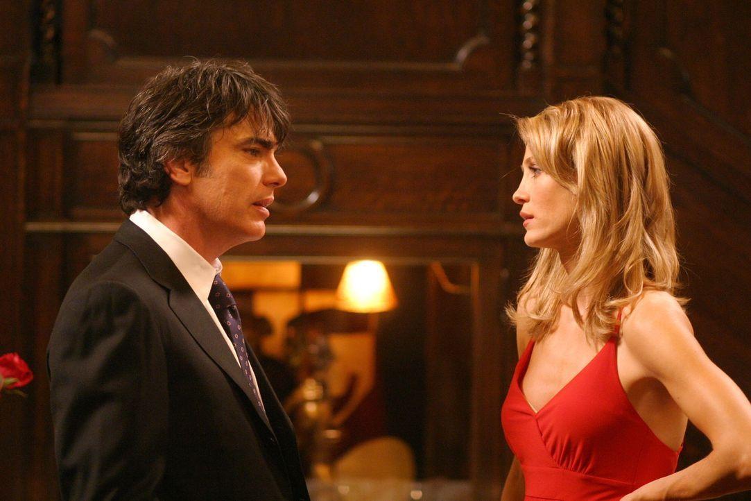 Es ist Valentinstag, Kirstens (Kelly Rowan, r.) liebster Feiertag, der aber in Sandys (Peter Gallagher, l.) Augen nicht als richtiger Feiertag gilt.... - Bildquelle: Warner Bros. Television