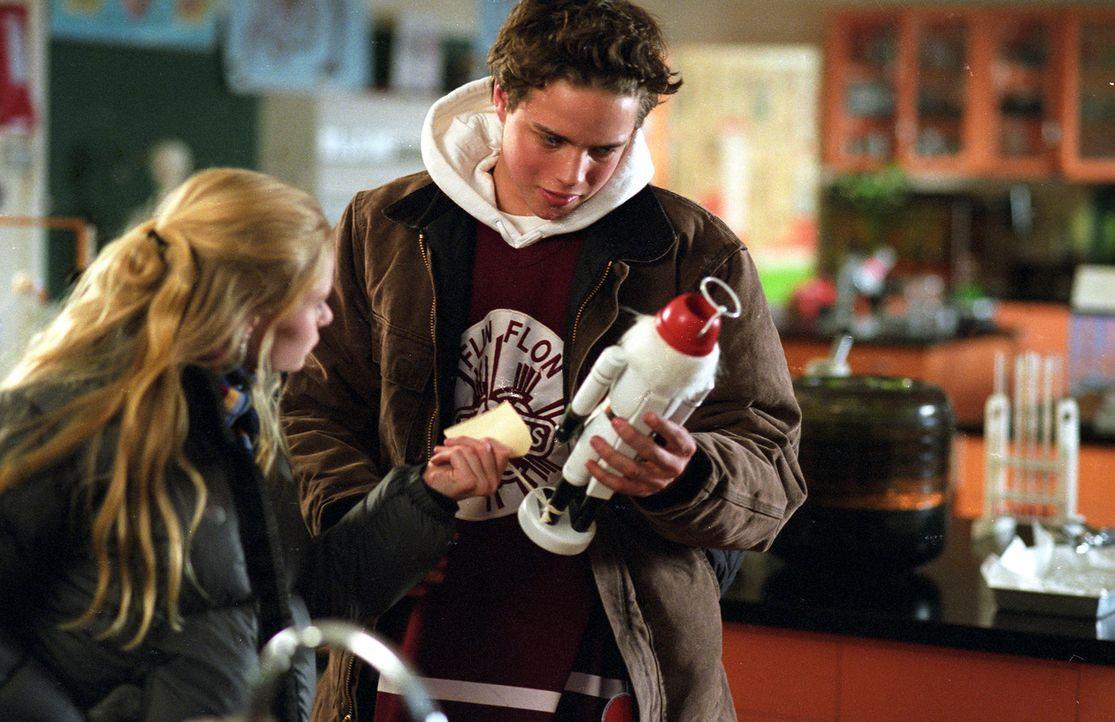 Mit allen möglichen Hilfsmitteln versuchen sich Nicolas (Douglas Smith, r.) und seine Freundin Mary (Emilie de Ravin, l.) zu bewaffnen, um dem bösen... - Bildquelle: E.M.S. New Media AG