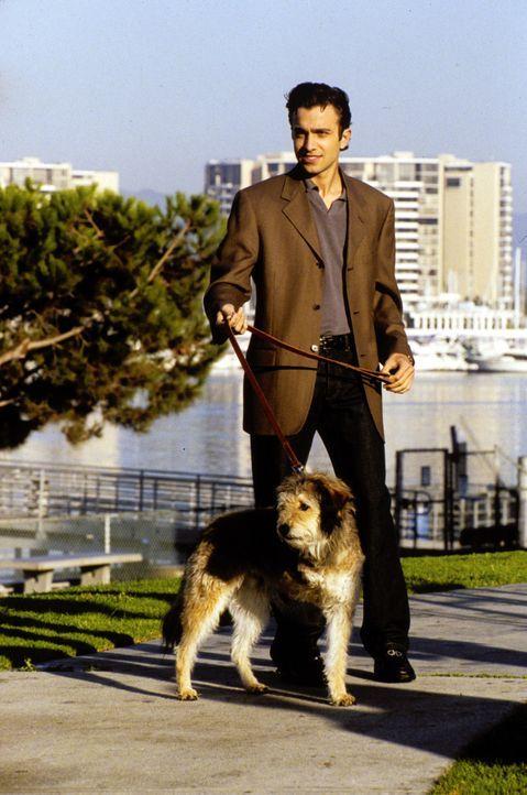 Im Gegensatz zu Clay und Jeremiah hat Royce (Mike Damus) mit dem dreibeinigen Hund Lucky viel Erfolg bei den Frauen ... - Bildquelle: Paramount Television
