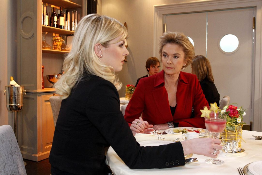 Hat Mark wirklich eine Affäre mit Manu? Diese Frage stellen sich Alexandra (Ivonne Schönherr, l.) und Elisabeth Aden (Birte Berg, r.) ... - Bildquelle: SAT.1