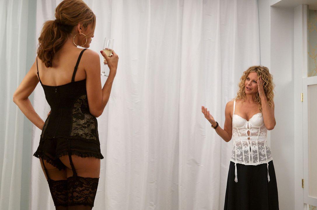Ausgerechnet in der Umkleidekabine eines Wäscheladens trifft Mary Haines (Meg Ryan, r.) auf ihre Rivalin Crystal Allen (Eva Mendes, l.) ... - Bildquelle: Constantin Film Verleih 2008