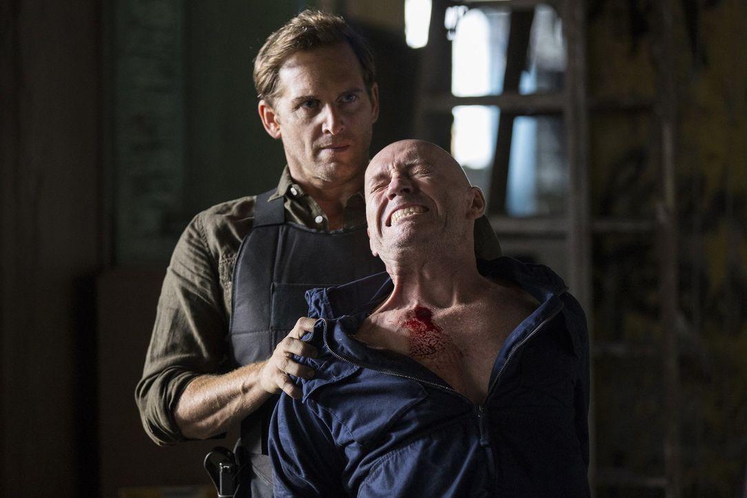 Ex-Cop Dan Hauser (Enrico Colantoni, vorne) hat einen Plan, wie er den kriminellen Mullens (Jamie Jackson, hinten) überführen kann, doch dafür begib... - Bildquelle: 2015 Warner Bros. Entertainment, Inc.