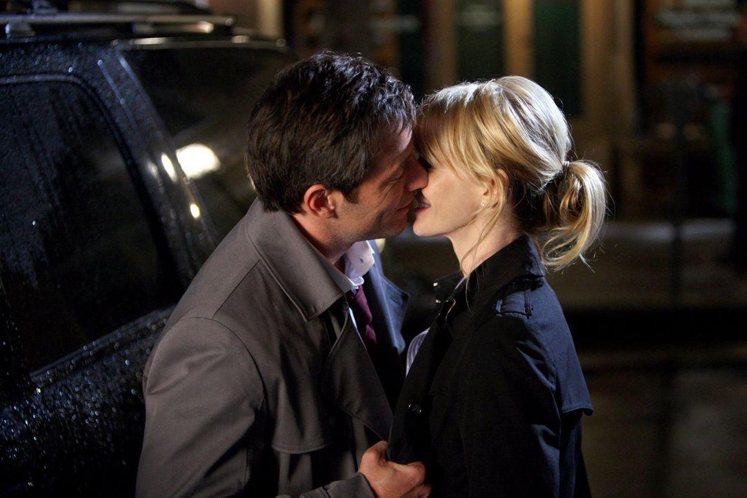 Kommen sich näher: Det. Lilly Rush (Kathryn Morris, r.) und Ryan Cavanaugh (Johnny Messner, l.) - Bildquelle: Warner Bros. Television