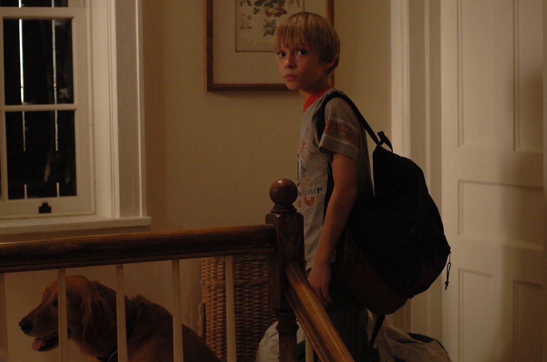 Eigentlich freut sich Georgie (Devon Gearhart) auf den Urlaub im Ferienhaus, aber dann tauchen plötzlich zwei junge Männer auf, die ihm etwas suspek... - Bildquelle: 2008 Warner Brothers