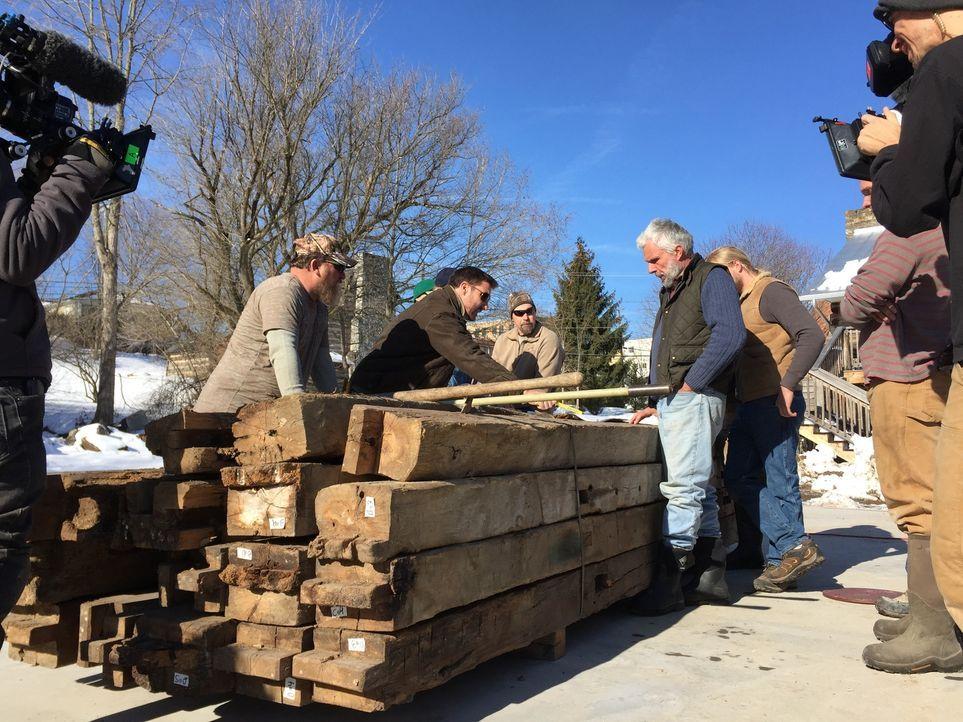 Mark Bowe (M.) und seine Crew restaurieren jede noch so heruntergekommene Scheune so, dass sie wieder bewohnbar ist ... - Bildquelle: 2015, DIY Network/Scripps Networks, LLC. All Rights Reserved.