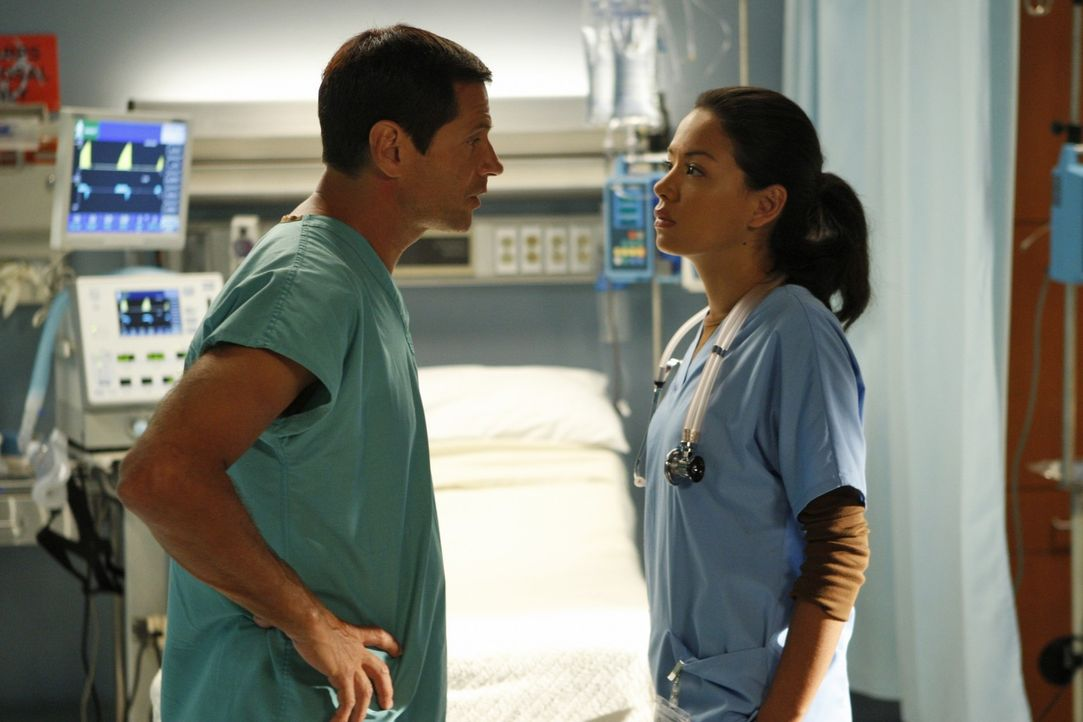 Michael (Thomas Calabro, l.) will wissen was mit seinem Sohn los ist. Hält Lauren (Stephanie Jacobsen, r.) dicht? - Bildquelle: 2009 The CW Network, LLC. All rights reserved.