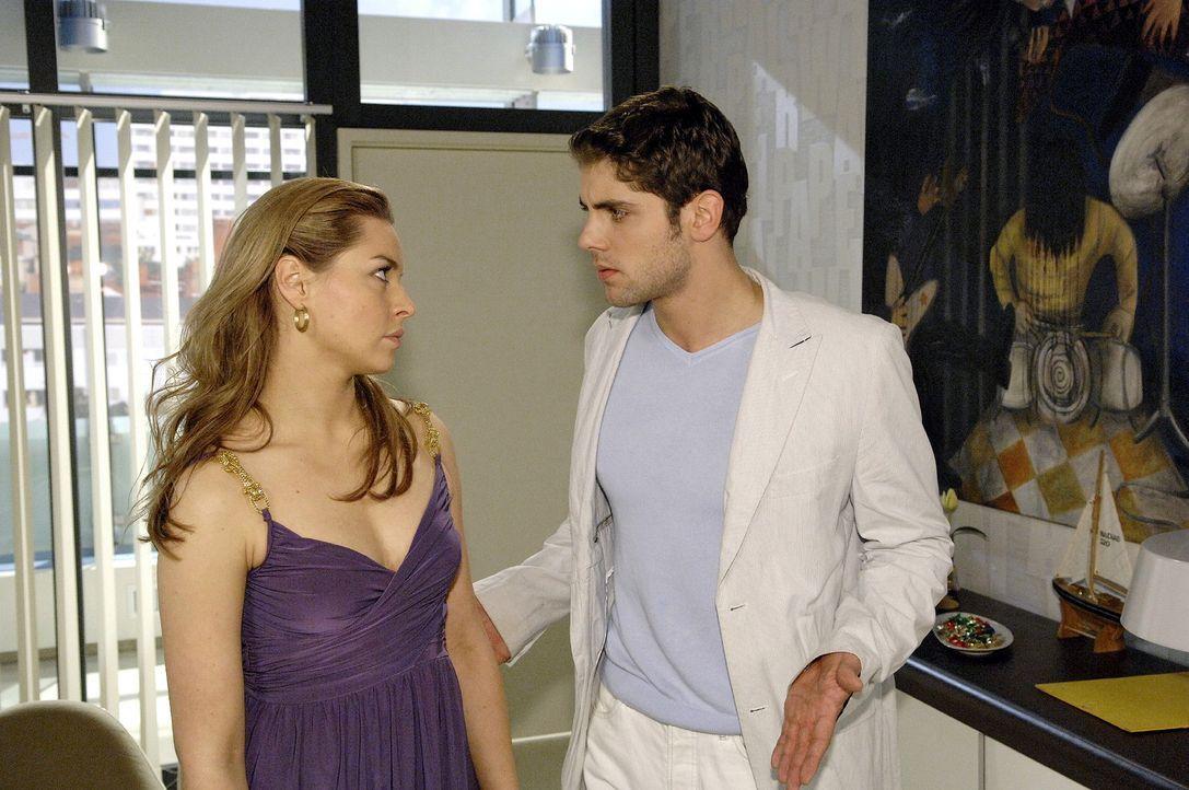 Jonas (Roy Peter Link, r.) ist wütend, dass Katja (Karolina Lodyga, l.) ihre Hochzeit live als Werbung verkaufen will. - Bildquelle: Claudius Pflug Sat.1