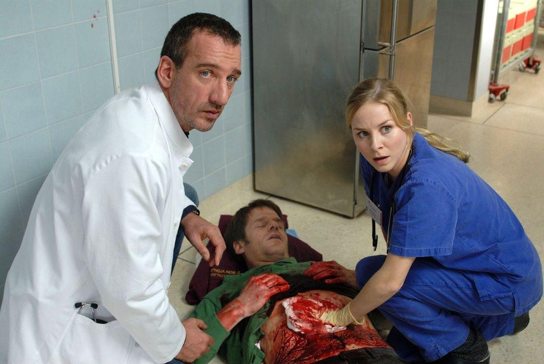 Matthias (Heio von Stetten, l.) versucht - als Arzt getarnt - Andi Becker dazu zu bewegen, dass er die angeschossene Geisel (Roger Ditter, M.) freilässt. Die angehende Ärztin Meike (Jasmin Schwiers, r.) leistet verzweifelt Erste Hilfe ...