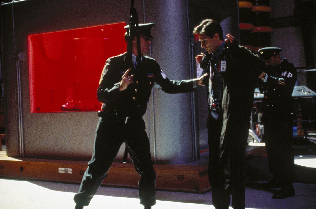 Mulder (David Duchovny, M.) gelingt es, zu dem streng geheimen Aufbewahrungsort einer außerirdischen Lebensform vorzudringen. Dort hilft ihm sein Di... - Bildquelle: TM +   Twentieth Century Fox Film Corporation. All Rights Reserved.