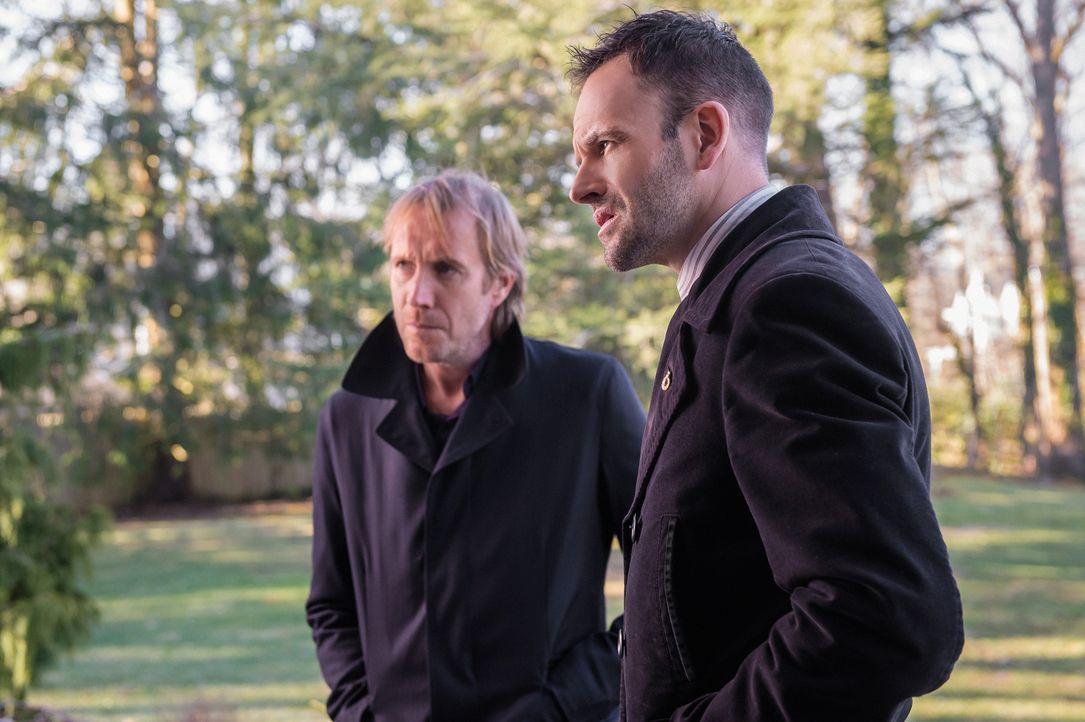 Versuchen fieberhaft, Watson zu finden und aus den Fängen der französischen Entführer zu befreien: Sherlock Holmes (Jonny Lee Miller, r.) und sein B... - Bildquelle: CBS Television